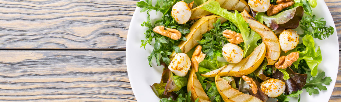Salad with pear and mozzarella